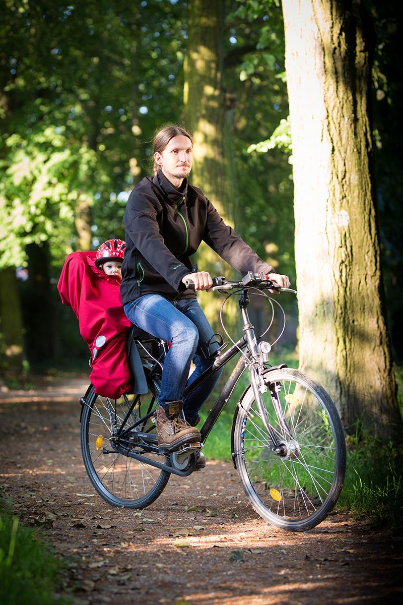 Unterwegs nach hause im Fahrradsitz mit WichtelWarm Regenschutz
