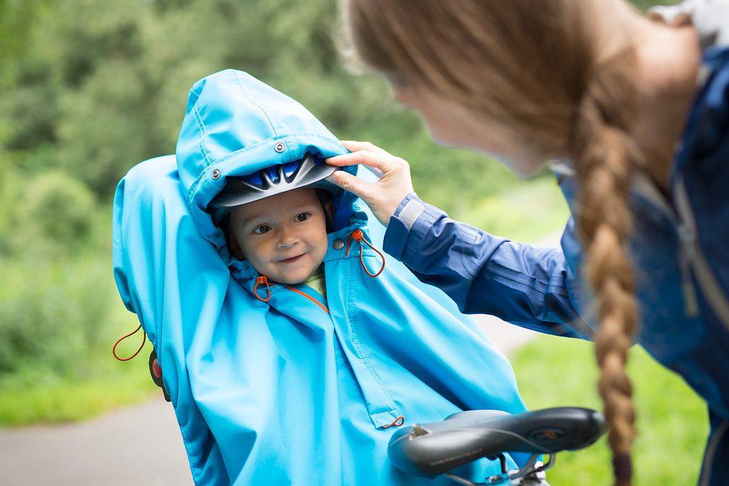 Mutter und Kind mit WichtelWarm Regencape im Fahrradsitz
