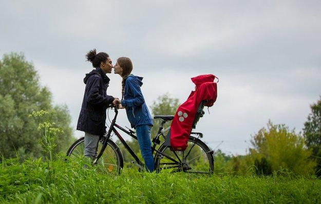 Mama und Papa, Kuß über den Fahrradlenker
